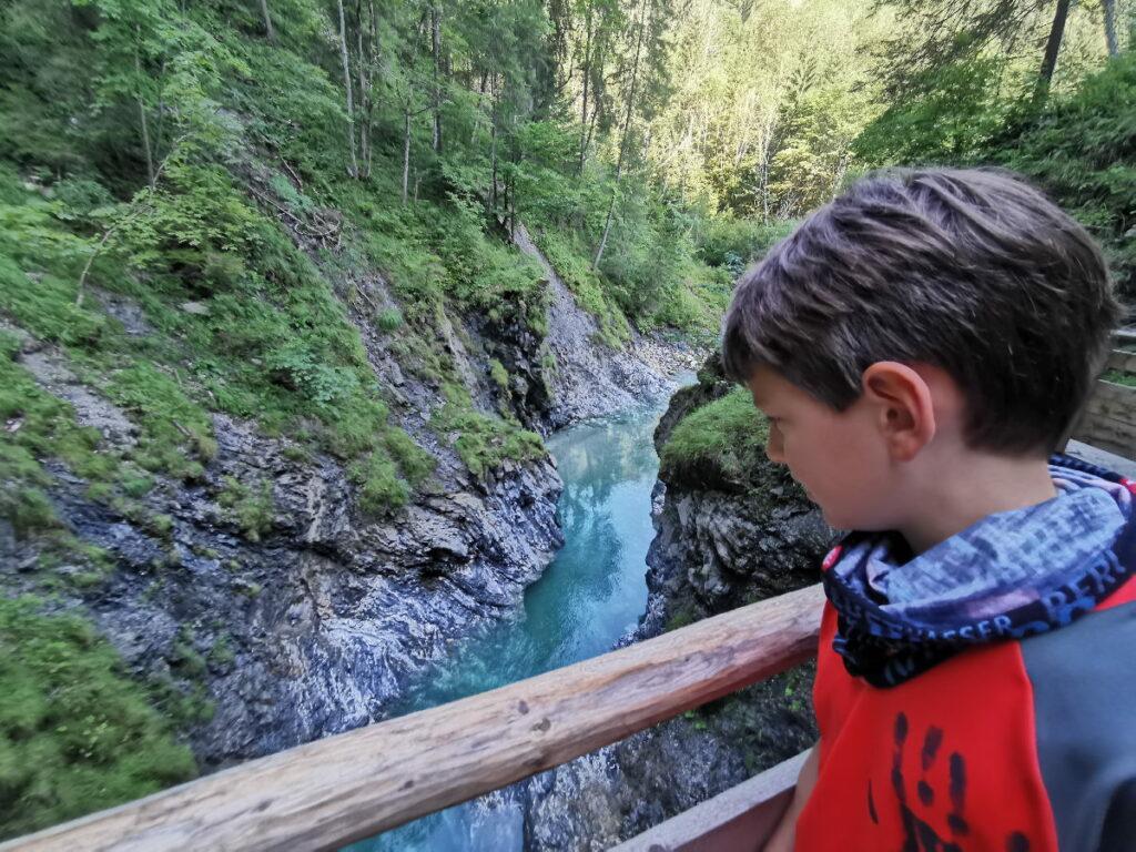 In die Liechtensteinklamm wandern und das schöne Wasser beobachten