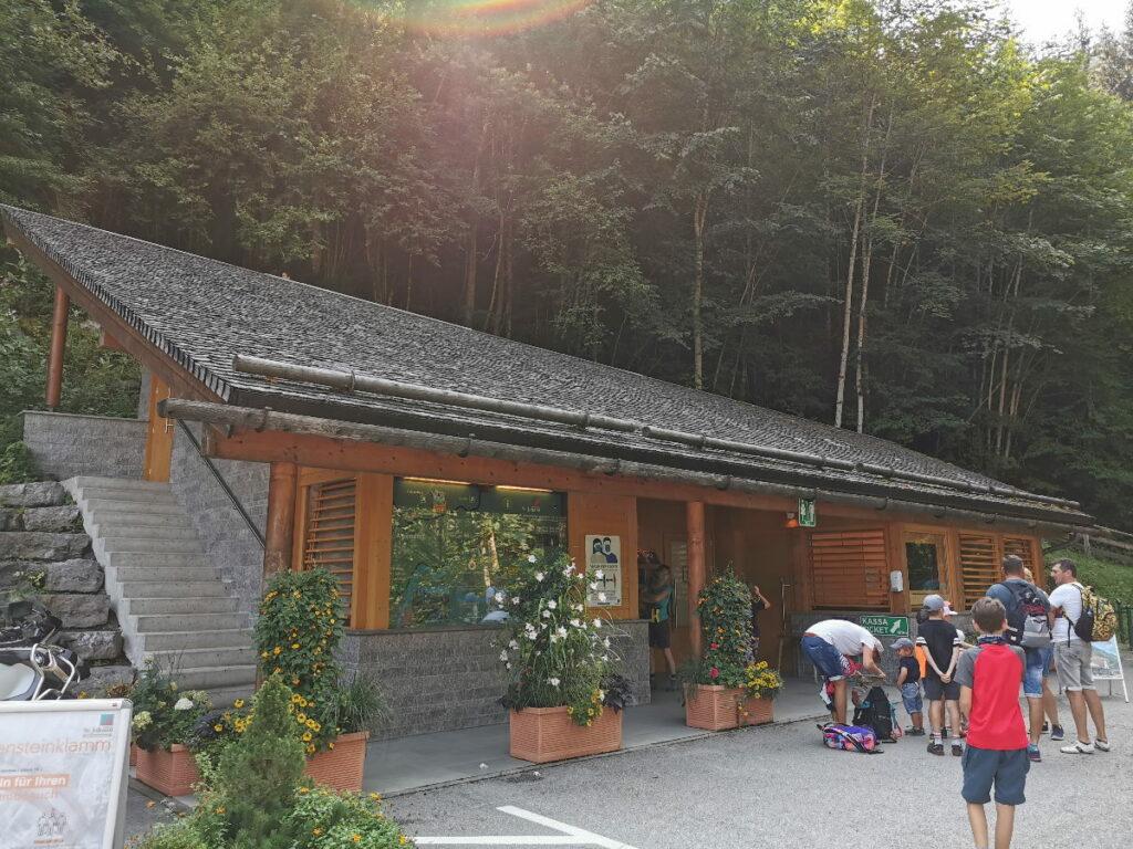 Das ist das öffentliche WC vor dem Eingang in die Liechtensteinklamm