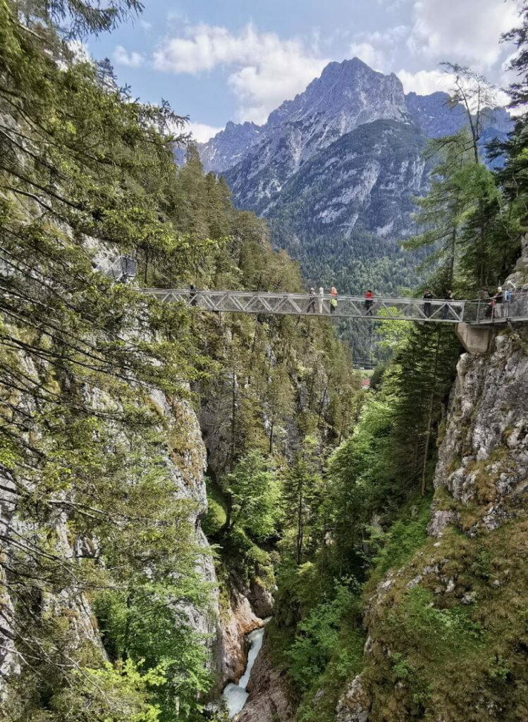 Juwel unter den kostenlosen Klammen in Österreich - die Brücke in der Leutaschklamm